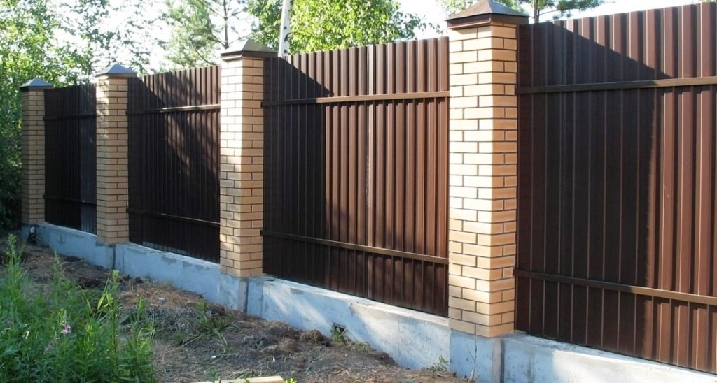 забор комбинированный по низкой цене фотография