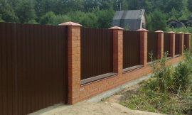 забор металлопрофиль и кирпич фотограграфия